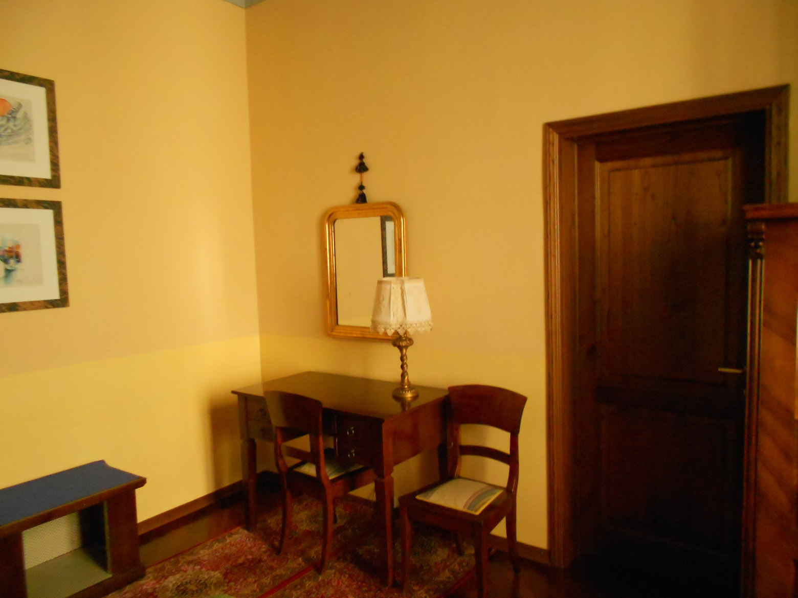 Desk-in-the-yellow-room_1